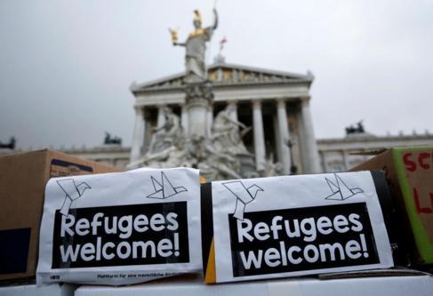 Carteles dando la bienvenida a los refugiados ante el Parlamento en...