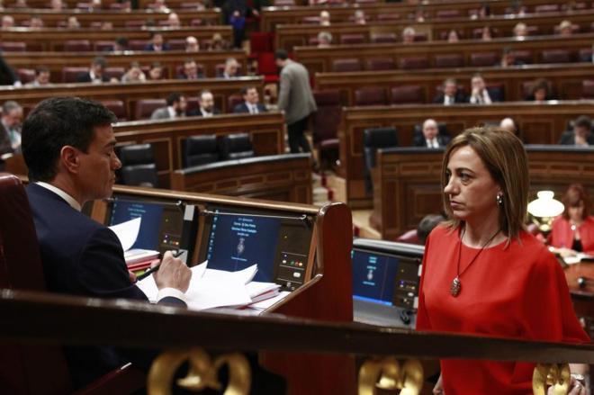 Carme Chacón observa a Pedro Sánchez en el pleno de investidura de...