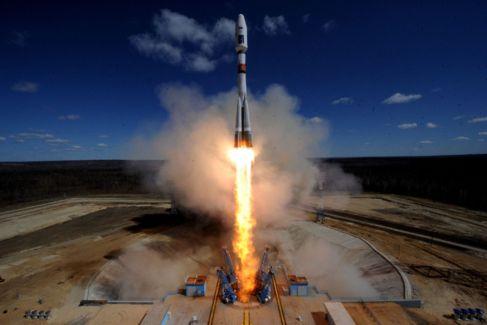 El cohete Soyuz 2.1a que lo ha puesto en órbita, durante el...