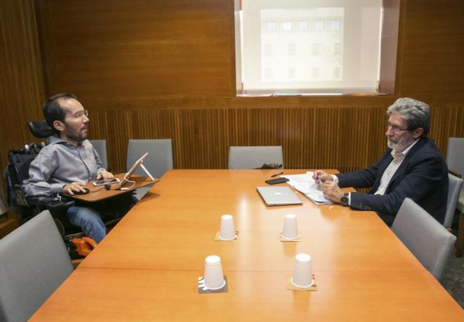 Pablo Echenique (Podemos) y Adolfo Barrena (IU), en la reunión...