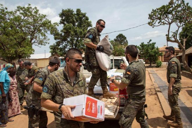 Soldados del contingente en Bangui repartiendo comida a los civiles.