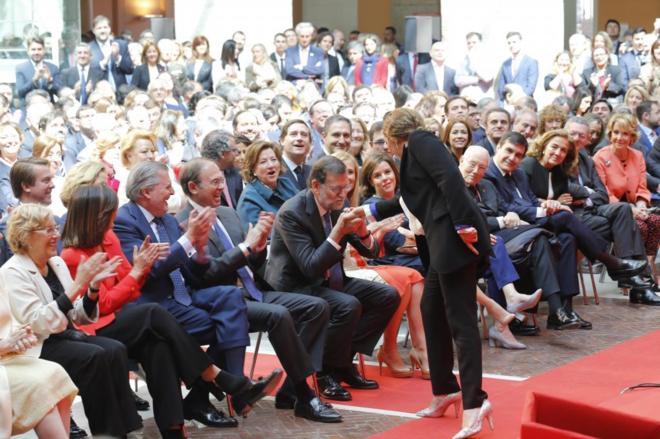 Mariano Rajoy besa la mano de la cantante Estrella Morente ayer en la...