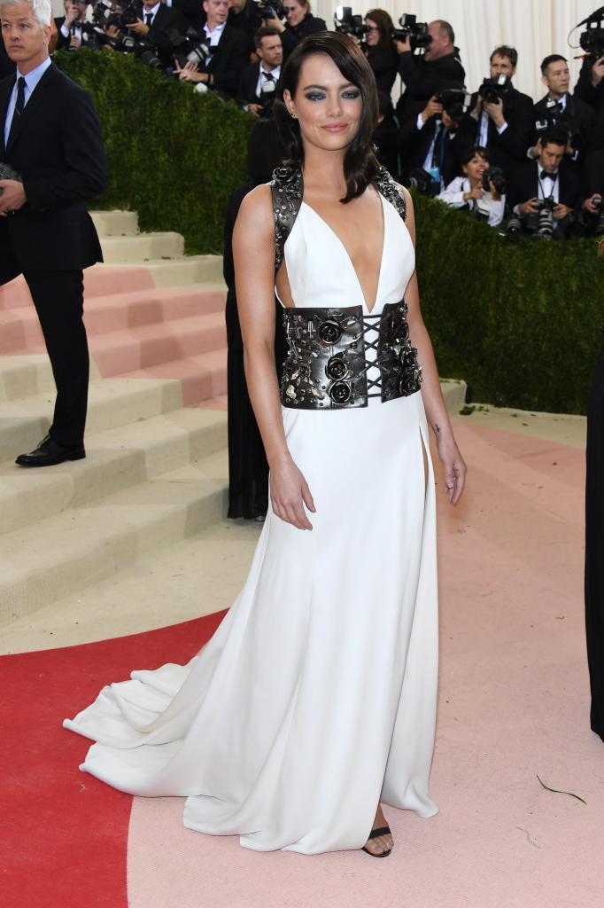 Emma Stone posa con un vestido blanco largo.