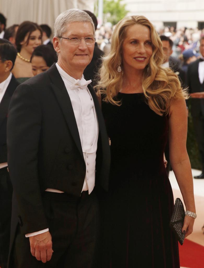 Tim Cook, CEO de Apple, llegó con la viuda de Steve Jobs, Laurene...