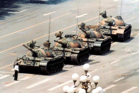Un estudiante chino desafía a los tanques en una manifestación en la...