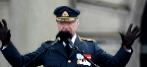 Carlos Gustavo, saluda este sábado desde el Palacio Real de...