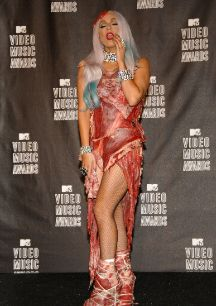 El vestido de carne. Desafiar lo establecido, abrazarse al absurdo,...