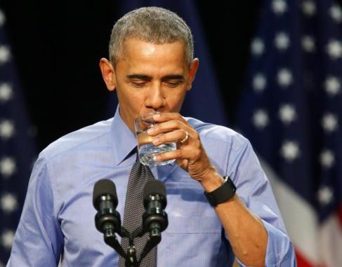 Obama bebe un vaso de agua durante su discurso en Flint (Michigan).