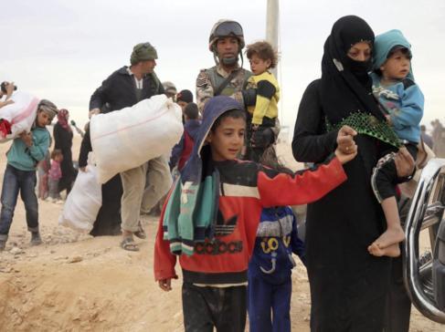 Refugiados sirios llegan a un campamento en Al-Hadalat, cerca de...