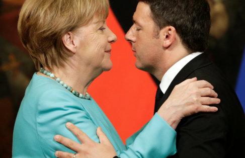 La canciller alemana y su homólogo italiano se saludan en la rueda de...