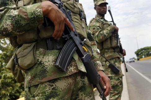 Soldados colombianos patrullan las calles de Villa Rica.
