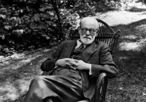 El neurólogo Sigmund Freud, descansa sobre una mecedora en 1935.
