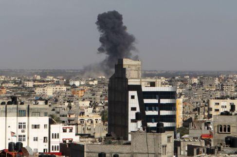 Humareda provocada por el impacto de un cohete israelí al sur de la...