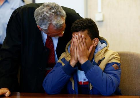 El argelino, acusado por las agresiones de Colonia, junto a su abogado...