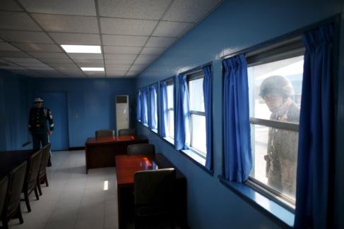 Un soldado norcoreano mira el interior del edificio de la ONU en...