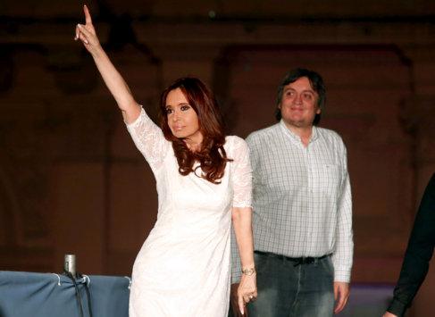 Cristina F. de Kirchner baila ante su hijo Néstor en el cierre de...