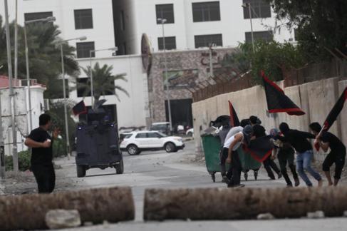 Jóvenes manifestantes chocan con las fuerzas de seguridad en las...