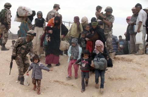 Refugiados sirios llegan a un campamento en la frontera con Jordania.