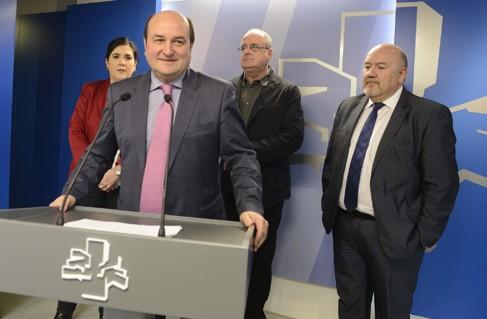 Andoni Ortuzar junto al resto de miembros de la delegación de PNV.