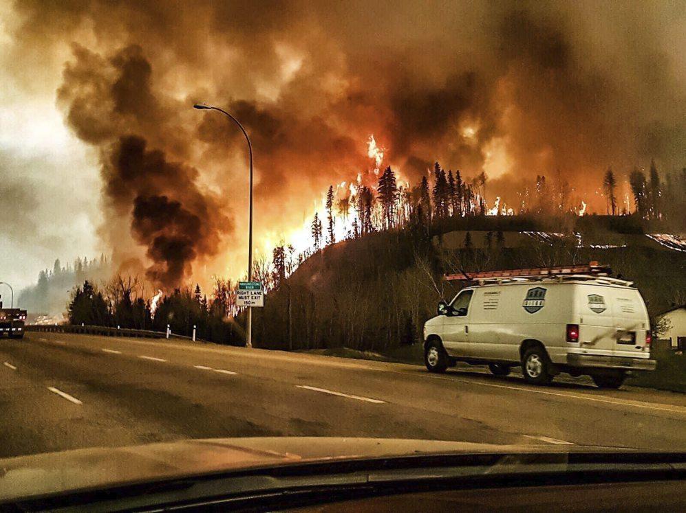 El incendio visto desde la carretera durante el 3 de mayo.
