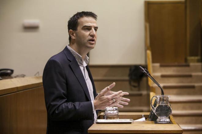Gorka Maneiro, en un pleno en el Parlamento vasco.