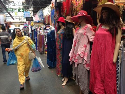 Una mujer pasa ante un puesto de ropa en el mercado de Tooting.