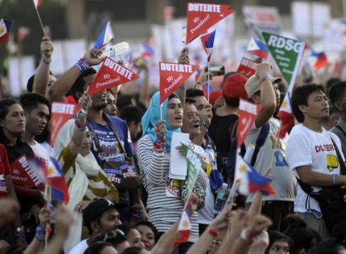 Partidarios del candidato Rodrigo Duterte durante un mitin.