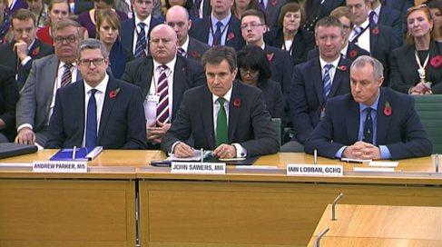 John Sawers (centro) comparece en el Parlamento en su etapa como...