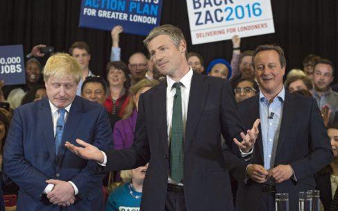 El candidato tory, Zac Goldsmith, flanqueado por Boris Johnson (izq.)...