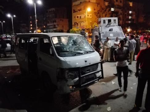 Policiás egipcios junto al vehículo que ha sido atacado hoy, en El...