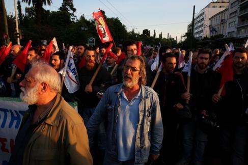 Miembros del partido comunista se manifiestan contra la reforma de...