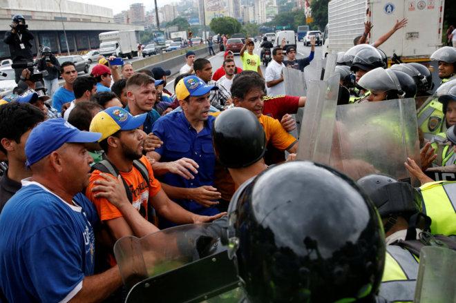 5d3048672a El chavismo reprime la marcha opositora y Henrique Capriles es agredido por  la policía