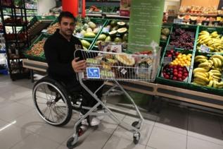 Francisco Sánchez realiza su compra en un supermercado accesible en...