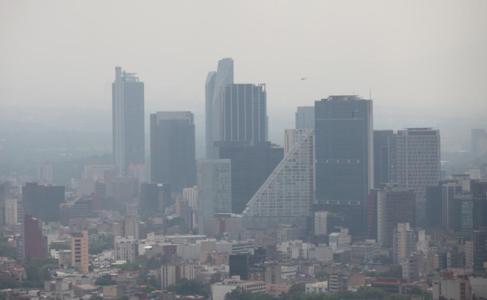 Imagen de edificios en Ciudad de México con el horizonte contaminado.