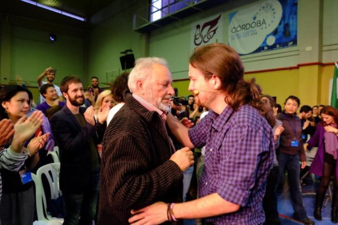 Pablo Iglesias abraza emocionado a Julio Anguita en un acto celebrado...