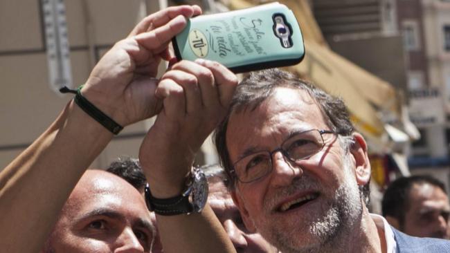 Mariano Rajoy se hace un 'selfie' durante una visita al mercado...
