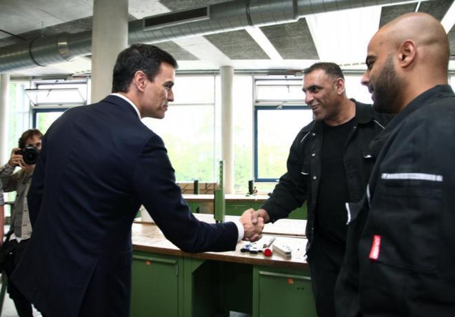 Pedro Sánchez, durante la visita en Berlín a un centro de formación...