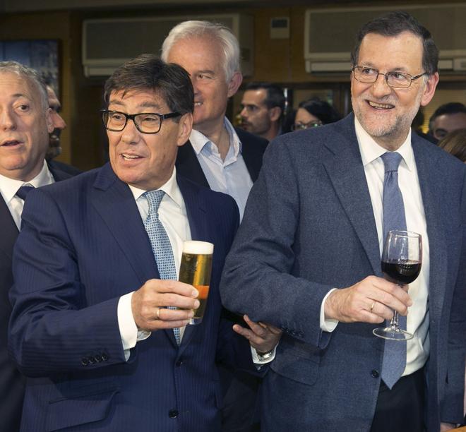 Rajoy, ayer en Zaragoza, junto al presidente del PAR, Arturo Aliaga,...