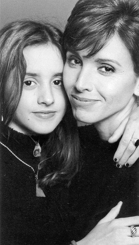 La cantante madrileña posa con su hija Marina, en los años 90.