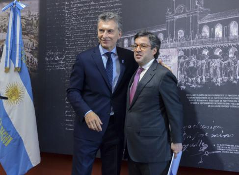 Mauricio Macri (izq.), con Luis Alberto Moreno, del Banco...
