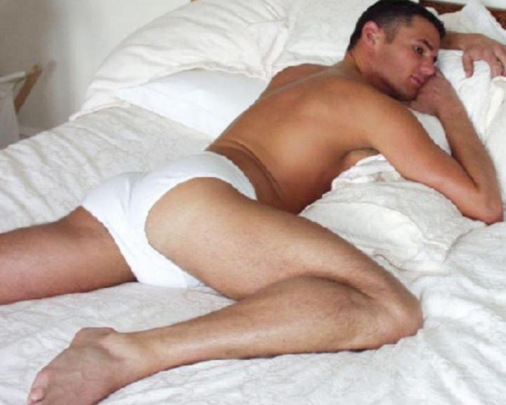 Carl Austin-Behan, en una de sus fotos de su época como Míster Gay...
