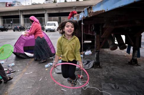 Una familia de refugiados sirios, en una tienda de campaña en el...