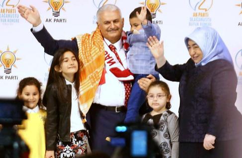 Binali Yildirim, junto a su familia durante el segundo congreso...