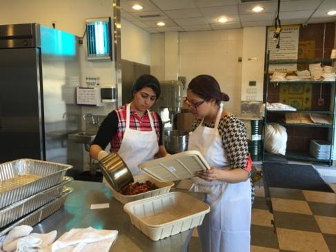 Dos de las mujeres refugiadas que trabajan en Eat Offbeat.