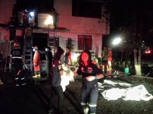 Los bomberos en la escuela donde se ha producido el incendio.