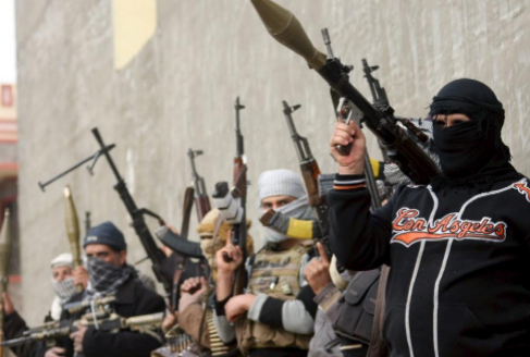 Milicianos suníes con ametralladoras y lanzamisiles, en una posición...
