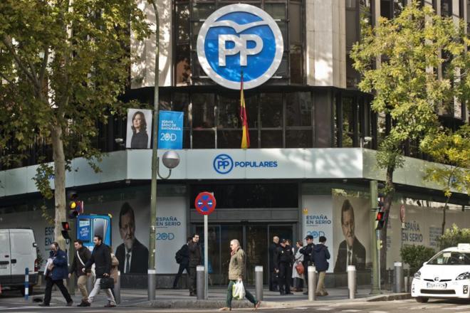 Carteles electorales en la sede del PP en la calle Génova de Madrid.