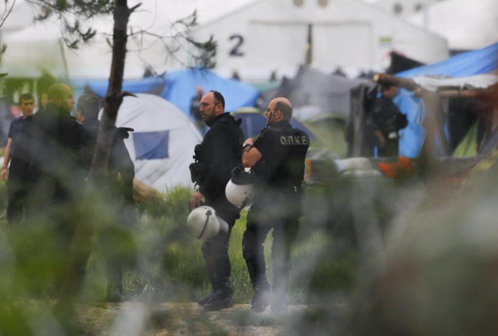 Varios centenares de policías han bloqueado el acceso al campo y ya...