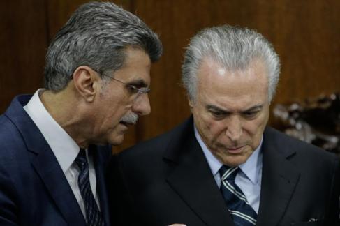 Romero Jucá (i) habla con el presidente interino de Brasil, Michel...