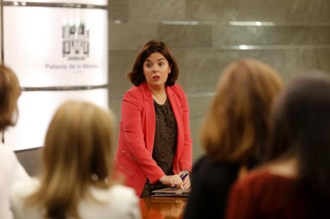 Soraya Sáenz de Santamaría charla con los periodistas tras el...
